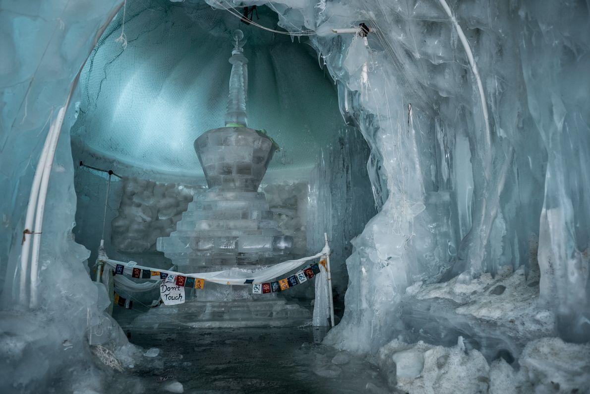 À l'origine, un stupa est un monticule de pierres servant d'autel à reliques aux bouddhistes. Les moines ...