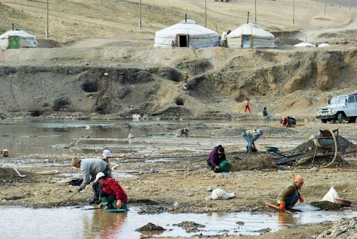 Les mineurs vivent dans des communautés de yourtes au bord des tas de déchets le long ...