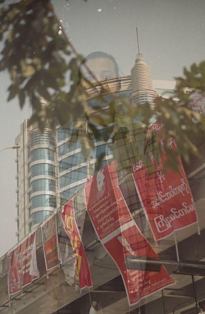 Des affiches contre le coup d'État et le régime militaire sont accrochées au pont Myaynigone, à ...