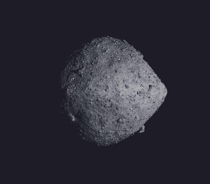 L'astéroïde Bennu (d'à peu près 500 m de diamètre) est le plus petit corps autour duquel un ...