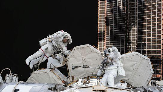 Une sortie dans l'espace historique. Station spatiale internationale (ISS).  Après sept semaines passées à bord de l'ISS, ...