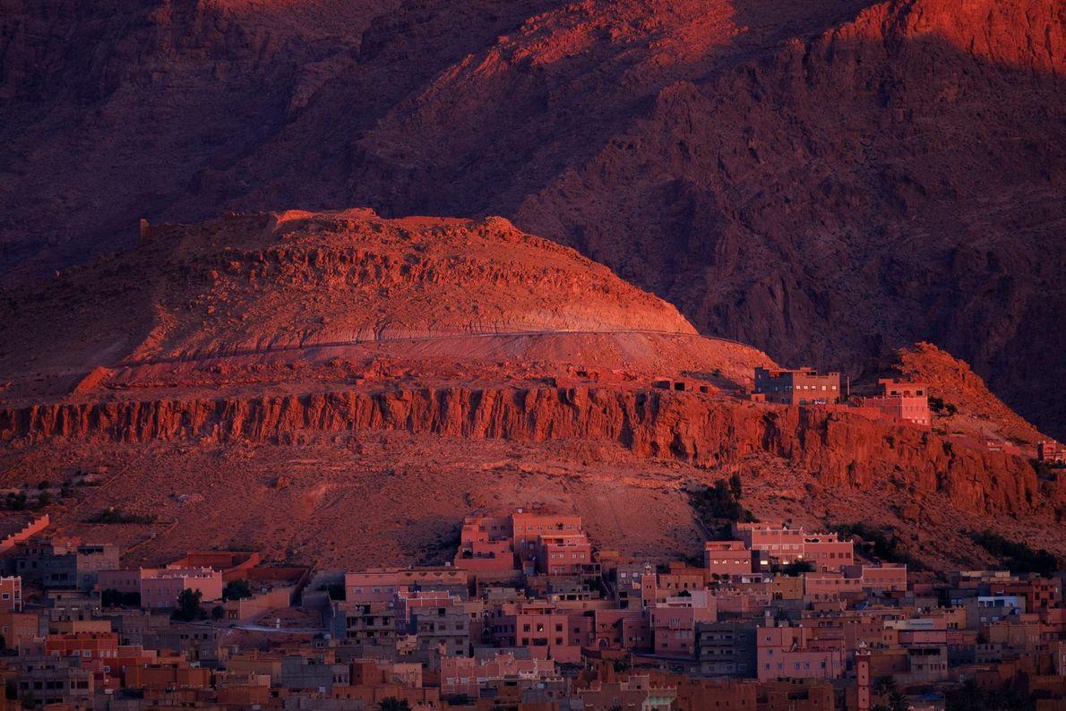 Nichée entre les montagnes du Haut Atlas et de l'Anti-Atlas, la ville marocaine de Tinghir est ...
