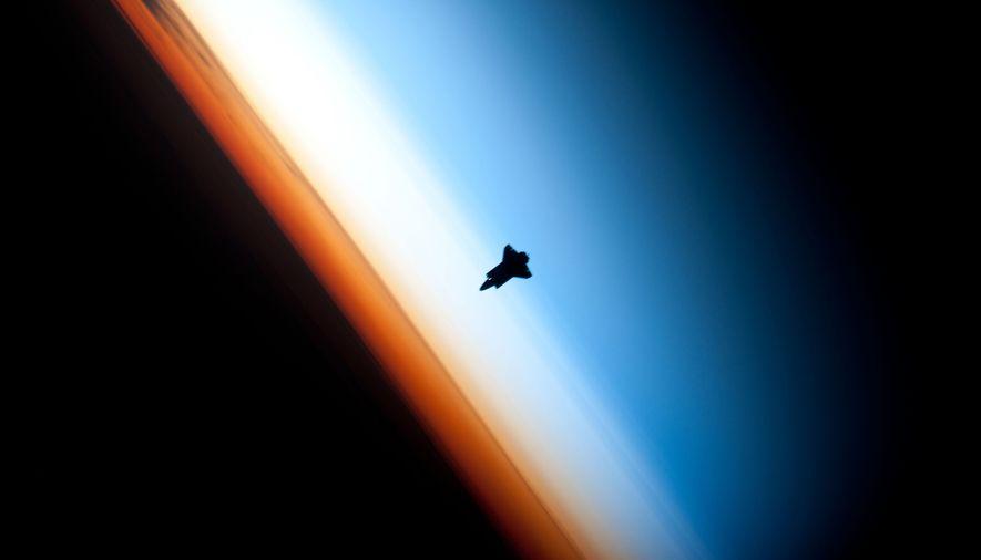 Cette photo de la navette américaine Endeavour au-dessus de l'horizon terrestre a été prise par un ...