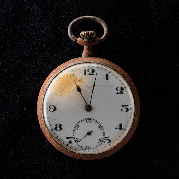 Les aiguilles de cette montre de poche retrouvée à Nagasaki sont restées figées à 11 h 02 du ...