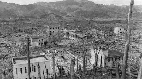 Surnommée « Fat Man », la bombe larguée sur Nagasaki a terrassé la majorité des habitations en bois, ...