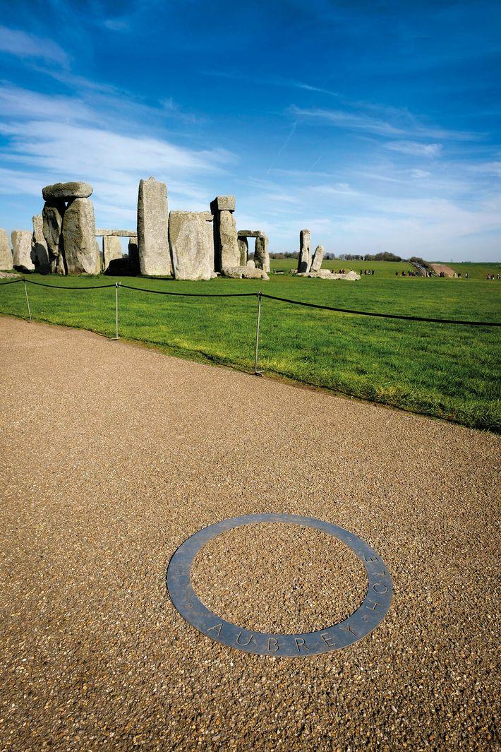 Nommés en hommage à l'antiquaire du 17e siècle qui les a découverts, les 56 trous Aubrey dessinent ...