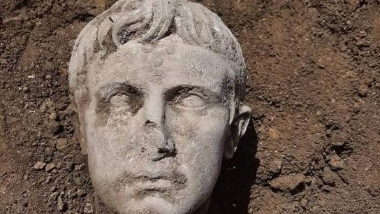 Cette tête d'Auguste vieille de 2000 ans découverte en Italie appartiendrait à une statue de 2 ...