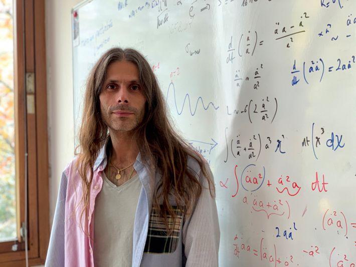 Astrophysicienspécialisé dans la physique des astroparticules, particules du milieu interstellaire, et des trous noirs, Aurélien Barrau ...