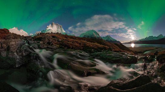 Une aurore boréale transperce la nuit dans le ciel du fjord de Tasermiut. Le fjord est ...