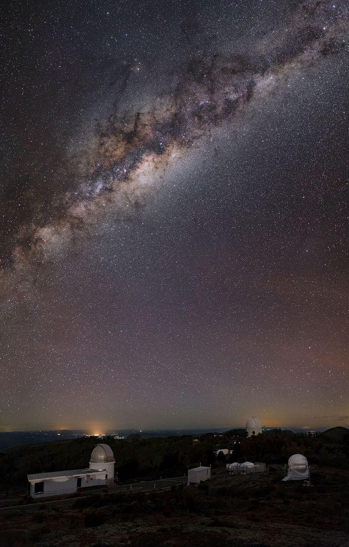La courbe de la Voie Lactée vue depuis l'Observatoire de Siding Spring, en Nouvelle-Galles du Sud.