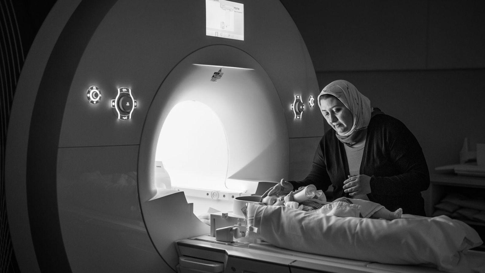Alia Aamar apaise sa fille de 10 mois, Aneesa, avant que les chercheurs scannent son cerveau ...
