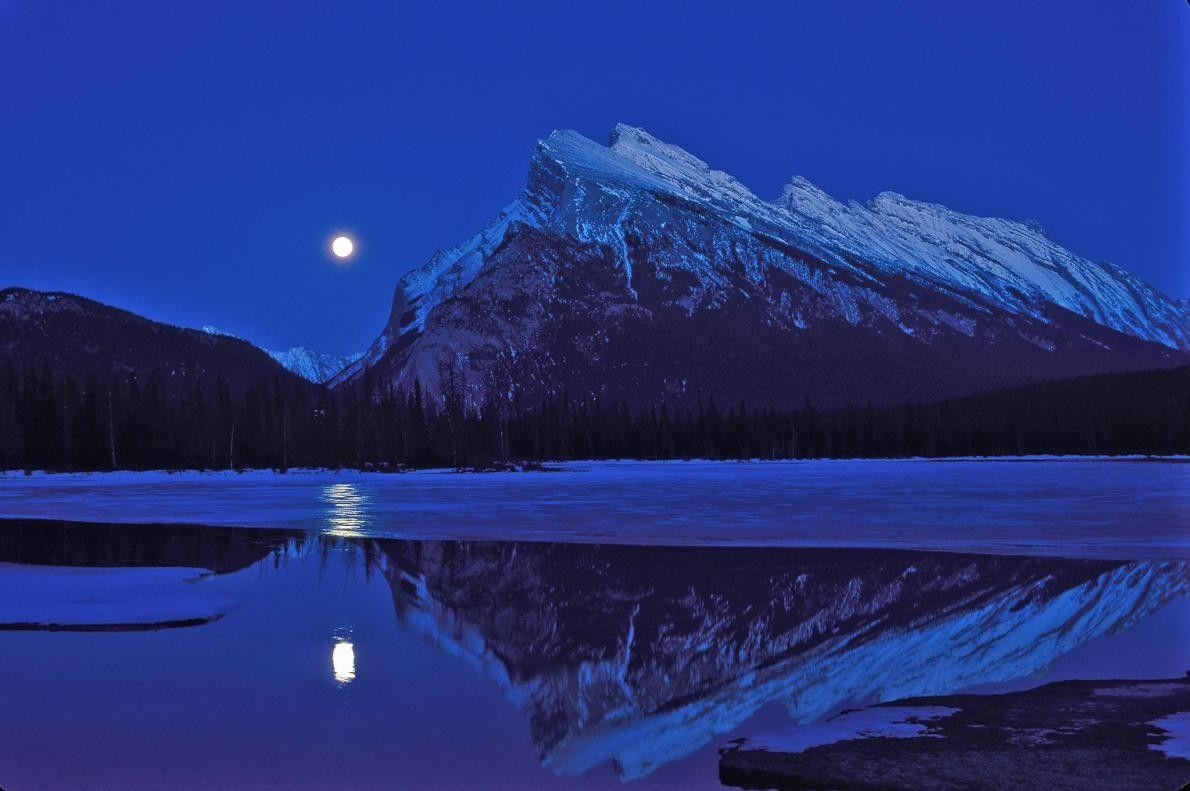 Une pleine lune se lève sur les lacs Vermilion, près du mont Rundle, dans le parc ...