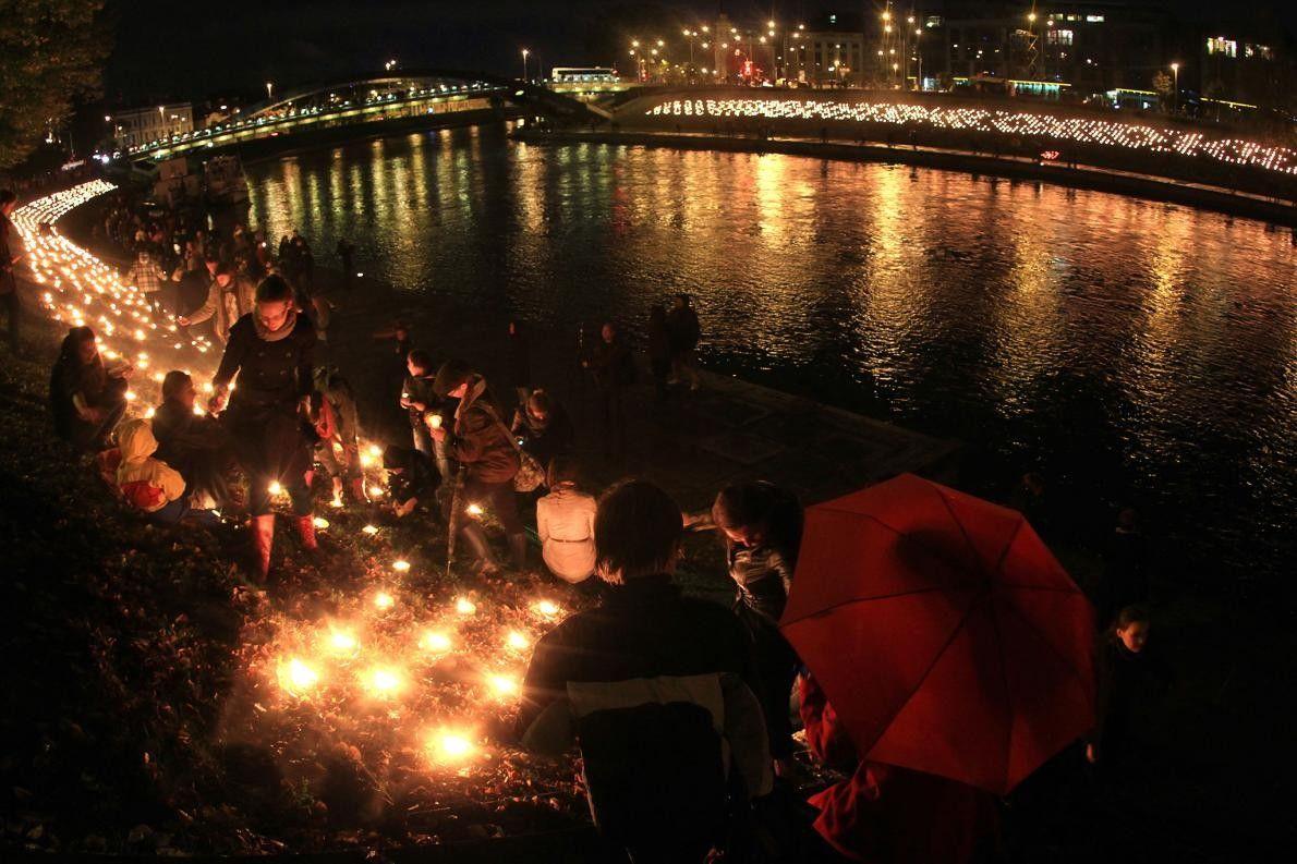 Des gens allument des bougies après le coucher du soleil lors de la célébration de l'équinoxe ...