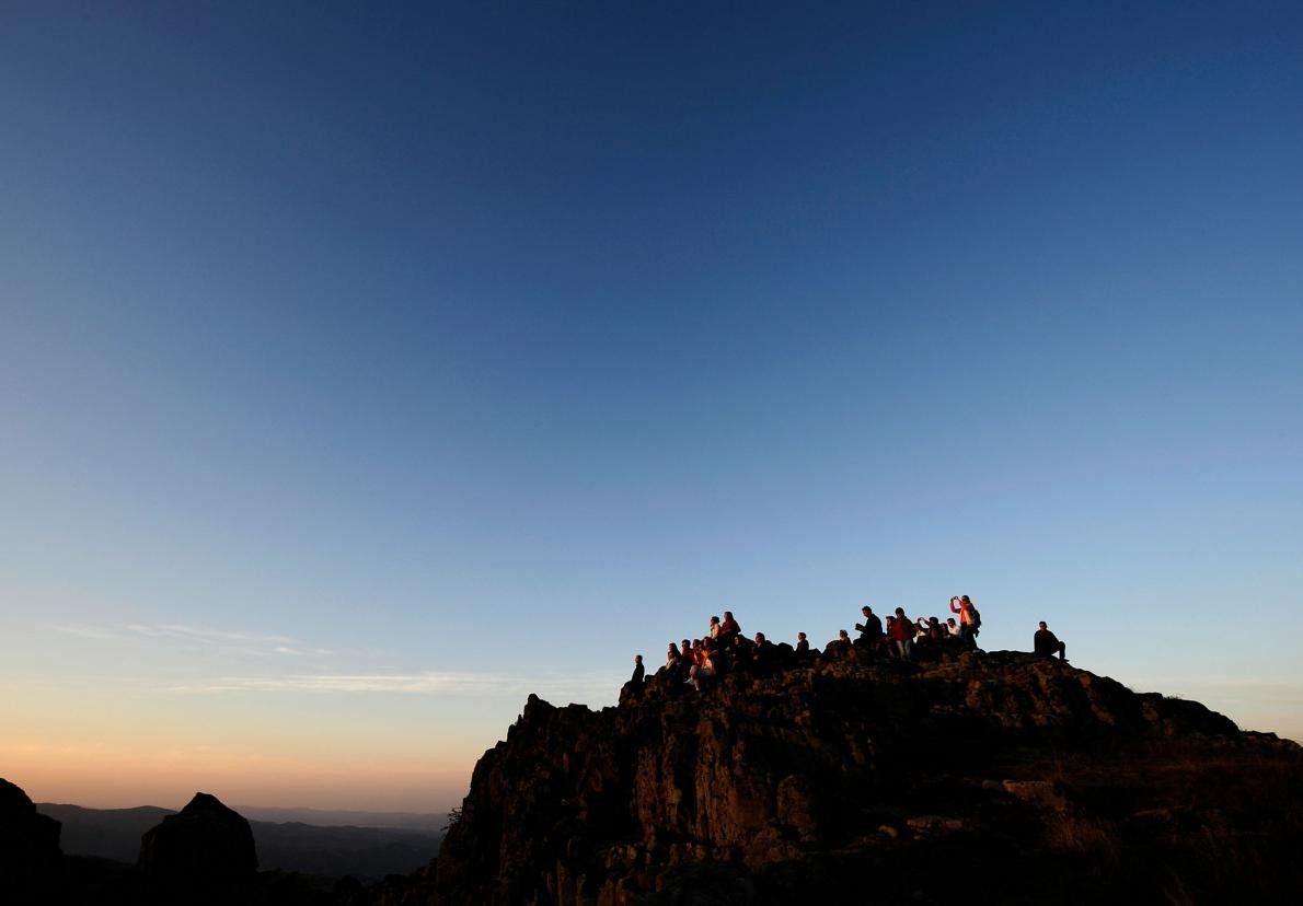 Les gens assistent à l'équinoxe d'automne à l'observatoire mégalithique de Kokino, à 70 kilomètres au nord ...