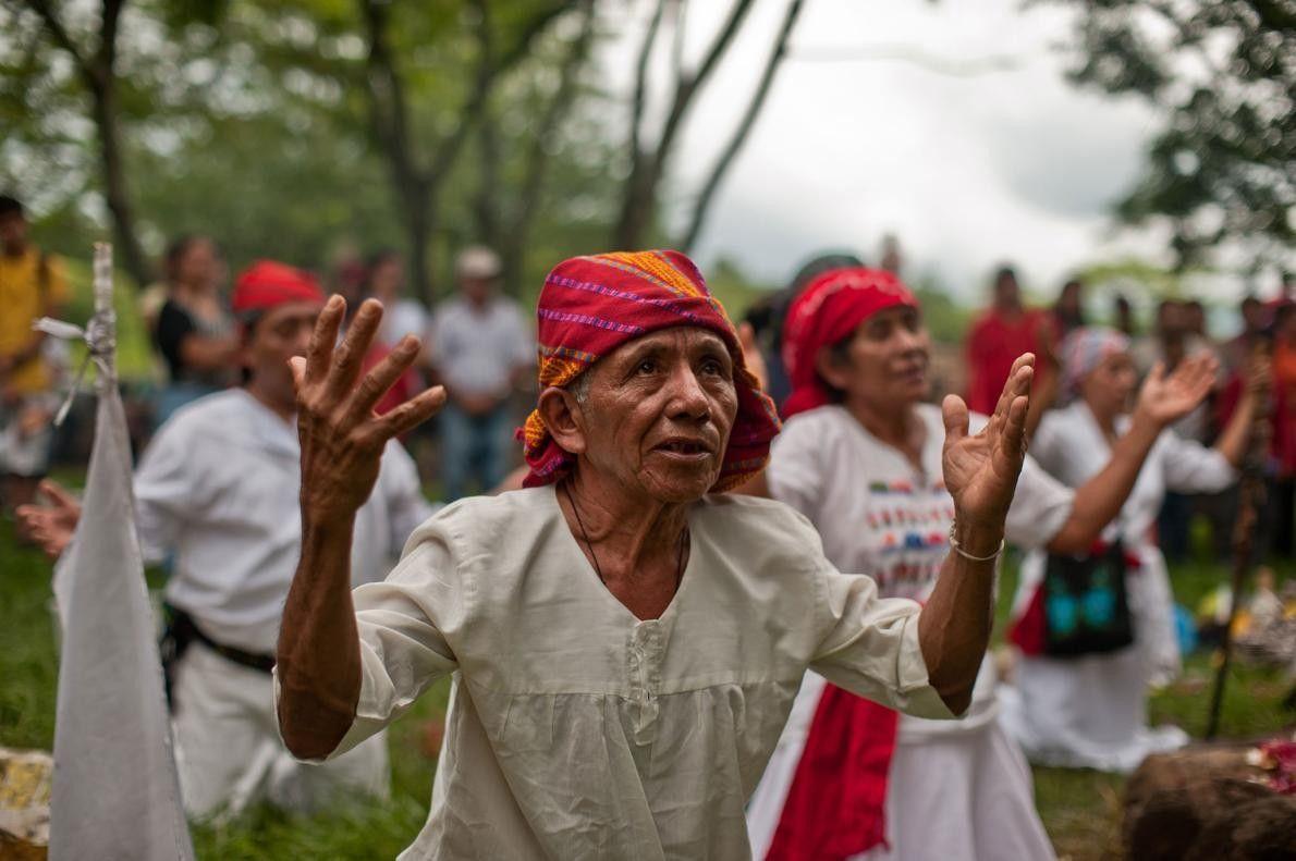 Un prêtre maya autochtone organise une cérémonie pour célébrer l'équinoxe d'automne au parc archéologique de Cihuatán, ...