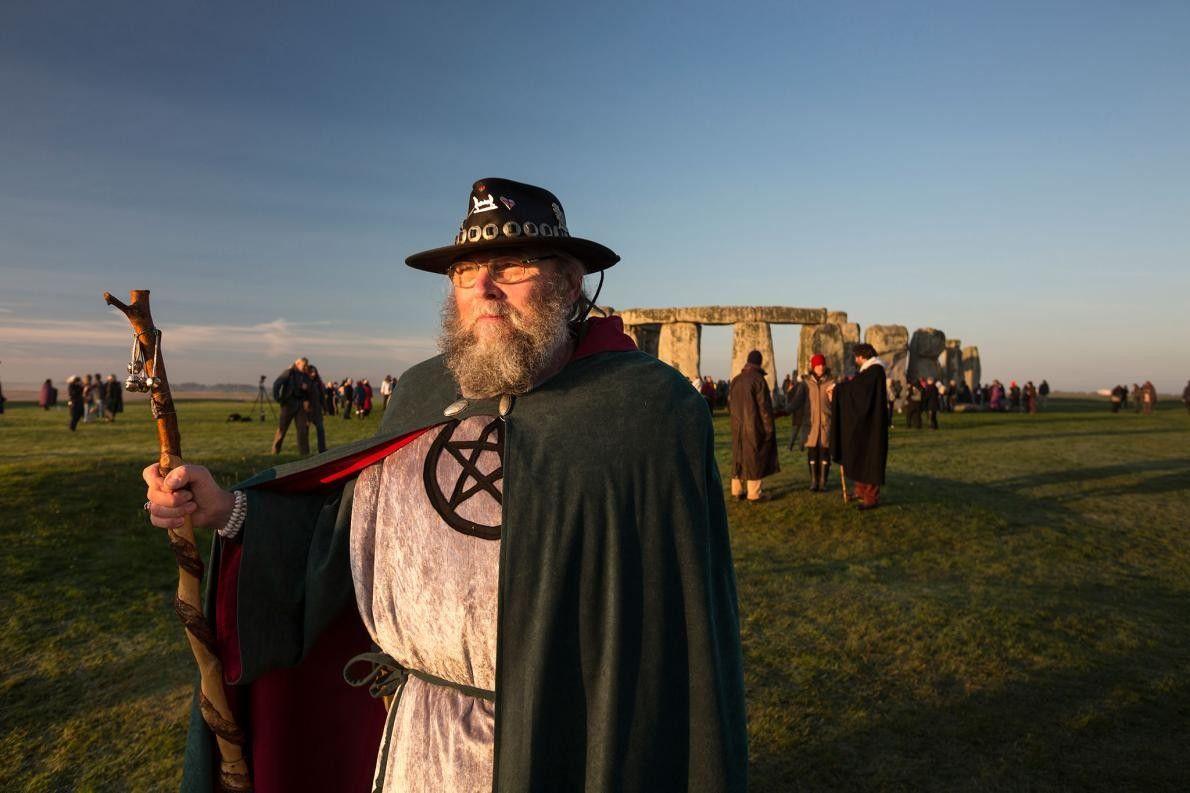 À l'automne, des néo-druides et des amis arthuriens se réunissent à Stonehenge pour réaliser des rituels. ...