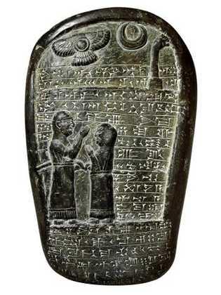 Cette stèle de Babylone datant du neuvième siècle est dédiée à un prêtre de Marduk par ...