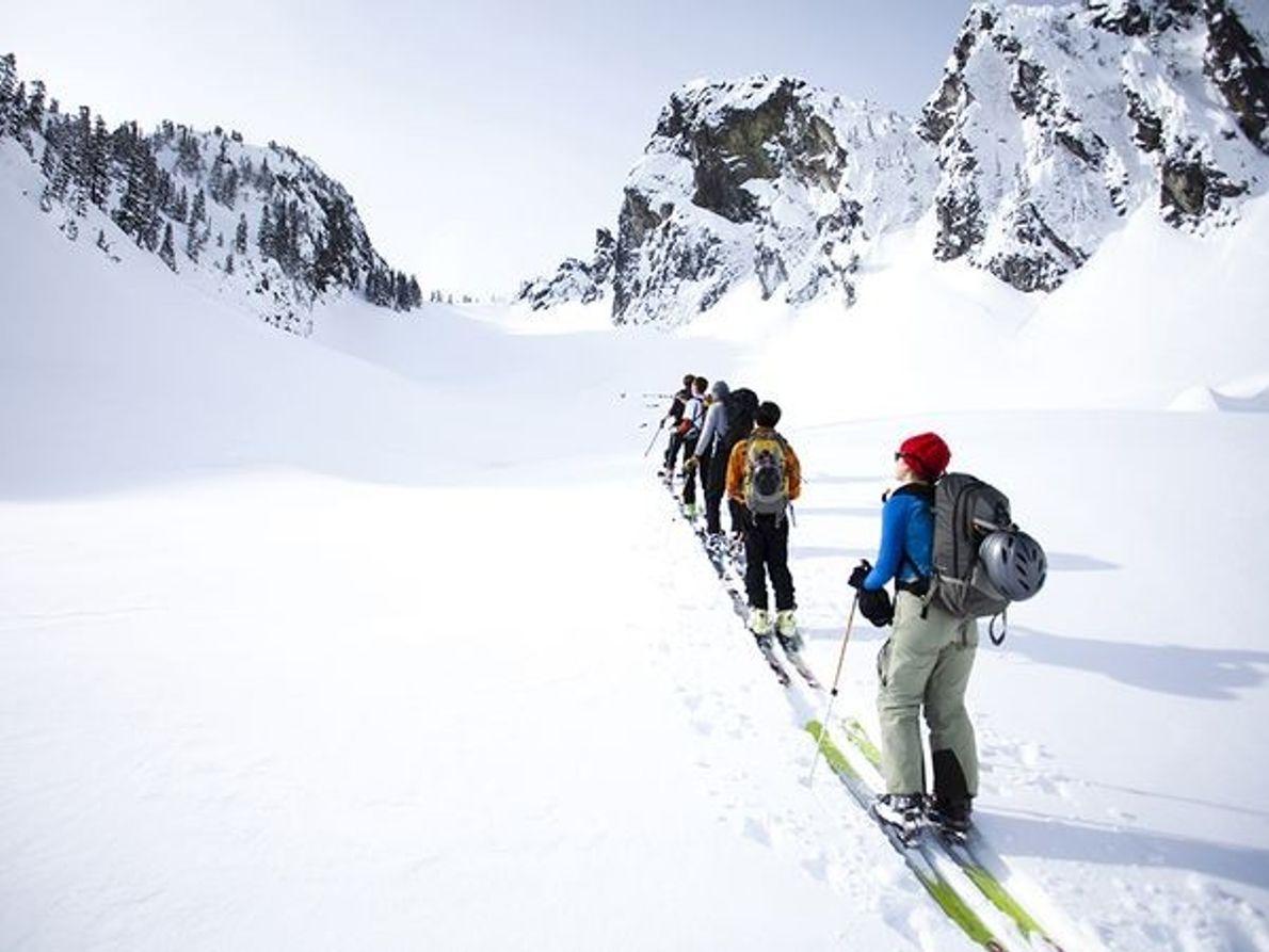 Photo de skieurs en randonnée dans l'arrière-pays de l'Etat de Washington