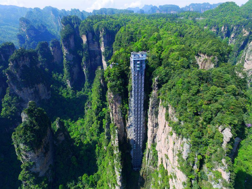 L'ascenseur Bailong, également connu sous le nom de l'ascenseur des cents dragons, mesure plus de 300 ...