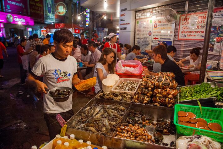 En avril 2017, la mairie de Bangkok a décidé d'interdire la « street food », dans ...