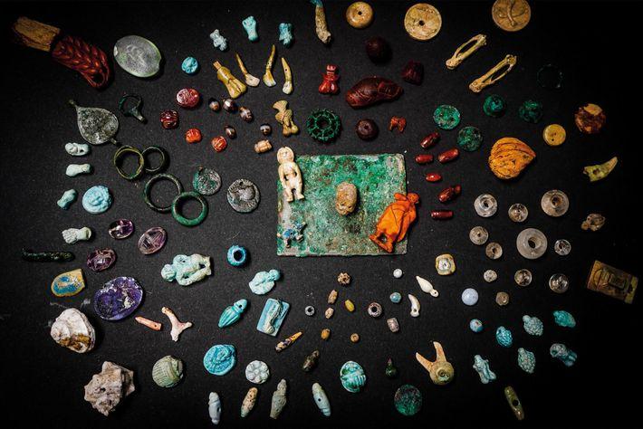 Une merveilleuse boîte en bois remplie de breloques, de parures et de figurines a été découverte ...