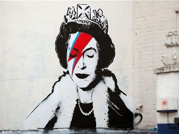 Oeuvre de Banksy, à Bristol (Royaume-Uni), représentant la reine Elizabeth II maquillée à la Bowie.