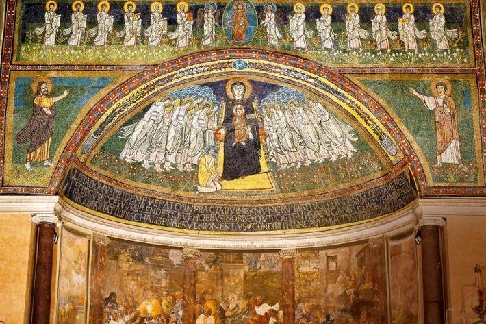 En 818, le pape Pascal Ier a reconstruit la basilique de Santa Maria in Domnica, à ...