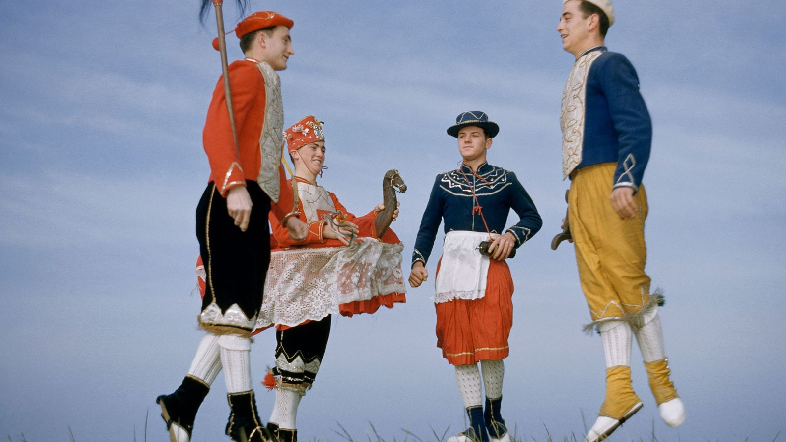 Des danseurs traditionnels basques sautillent dans cette scène immortalisée par National Geographic dans les années 1950.