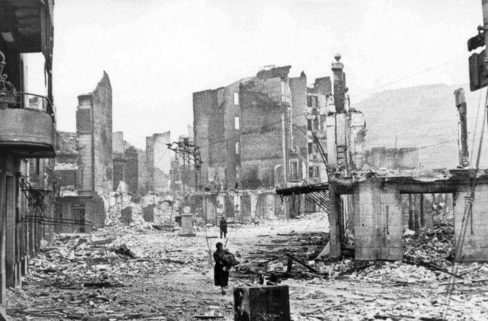 La ville basque de Guernica réduite en ruine après le passage des bombardiers allemands et italiens ...
