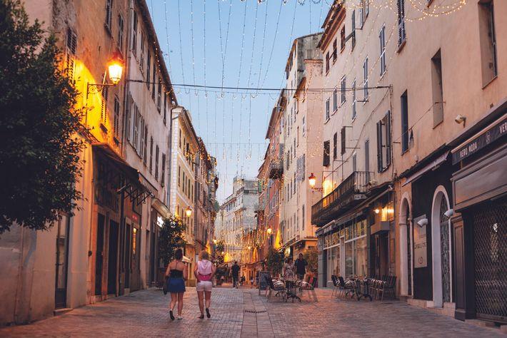De nombreux visiteurs arrivent par Bastia.