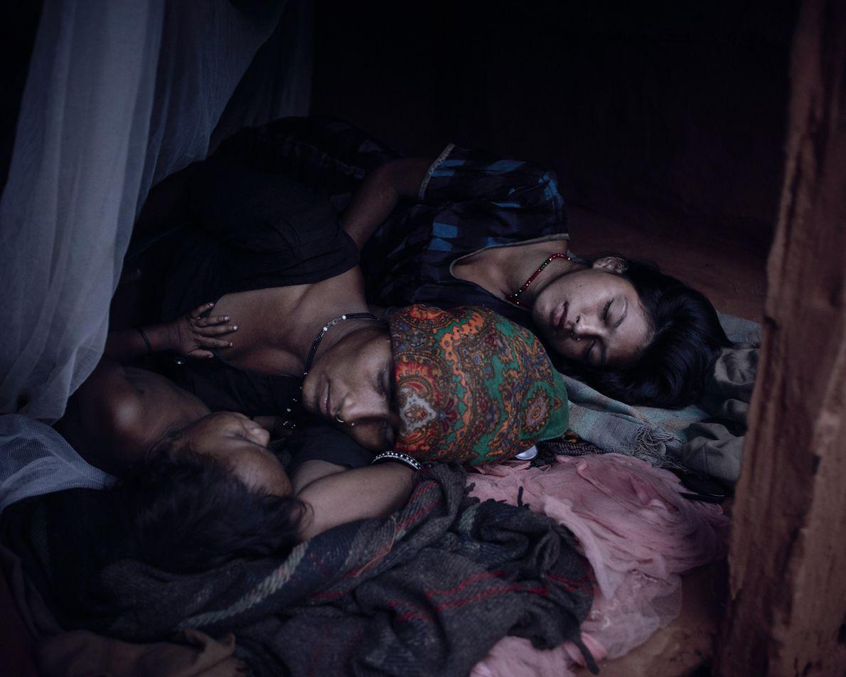 Mangu Bika, 14 ans, partage une cabane avec Chandra Tiruva, 34 ans, et l'enfant de Tiruva, ...