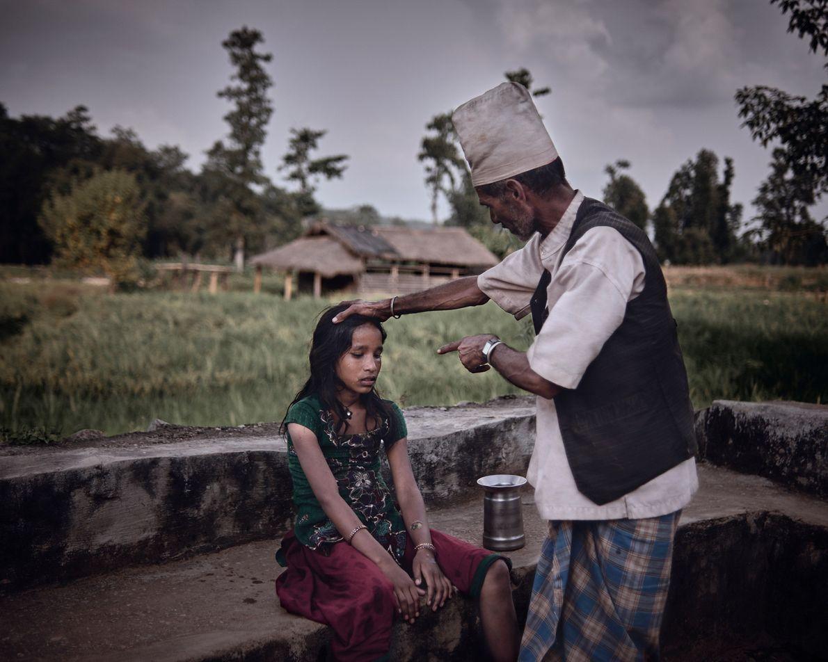 """Devi Ram Dhamala, 59 ans, est guérisseur. """"Les guérisseurs insultent et frappent les jeunes filles malades ..."""