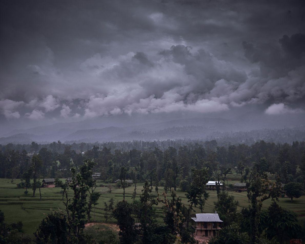 De gros nuages lourds surplombent le paysage rural du district de Surkhet au Népal.