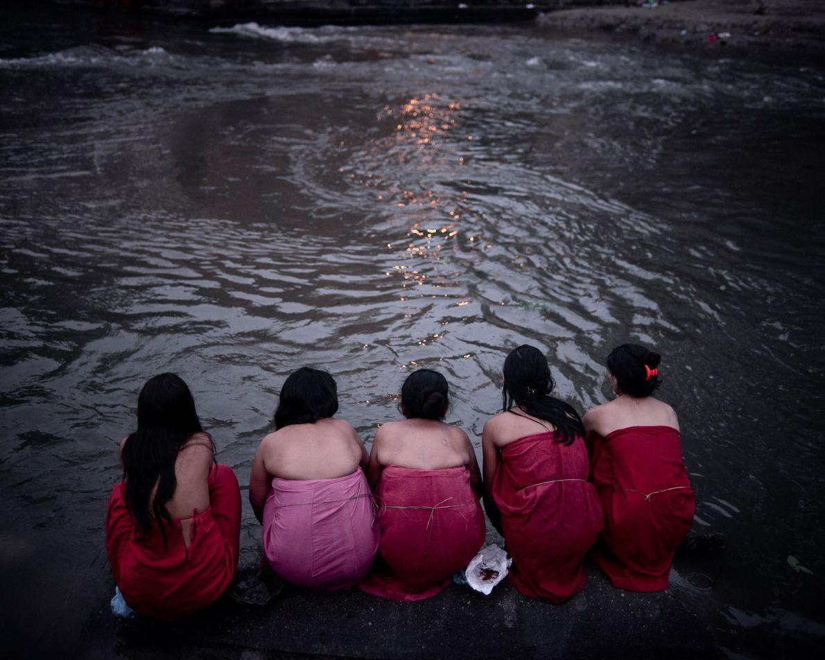 Au cours du festival annuel Rishi Panchami à Katmandou, au Népal, les femmes se lavent des ...