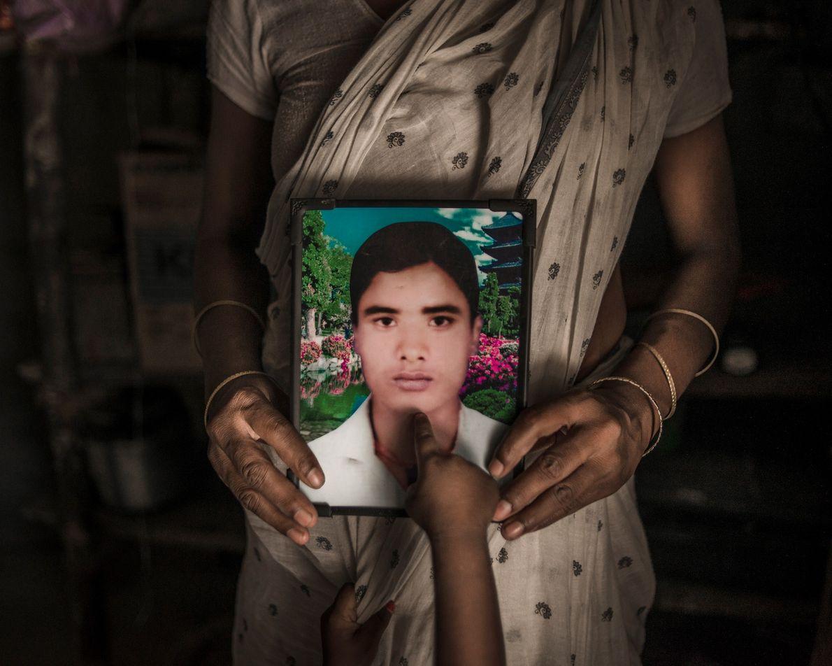 Shiv Pujan, 30 ans, dans cadre photo tenu par sa femme Mamata, 17 ans, dans un ...