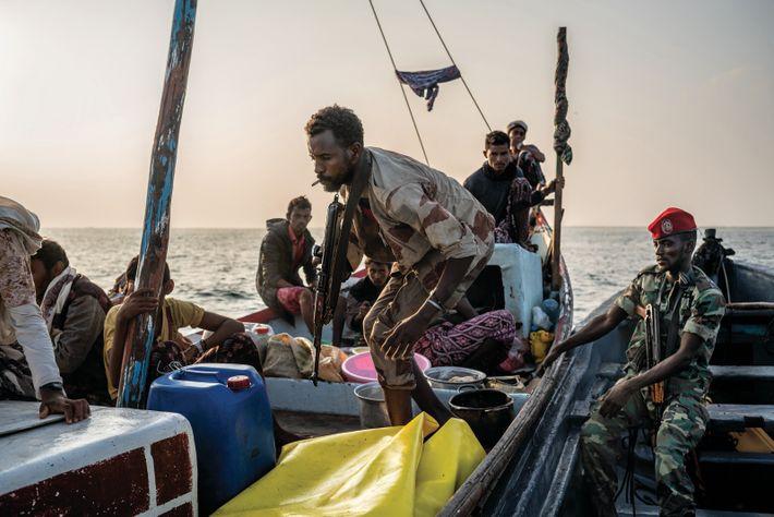 Cilmi Xaamud Axmed (au centre), garde côte somalilandais, monte à bord d'un bateau yéménite pour vérifier les ...