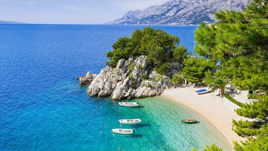 Entre Rijeka et Dubrovnik, la route Magistrale suit le littoral dalmate au plus près des eaux ...