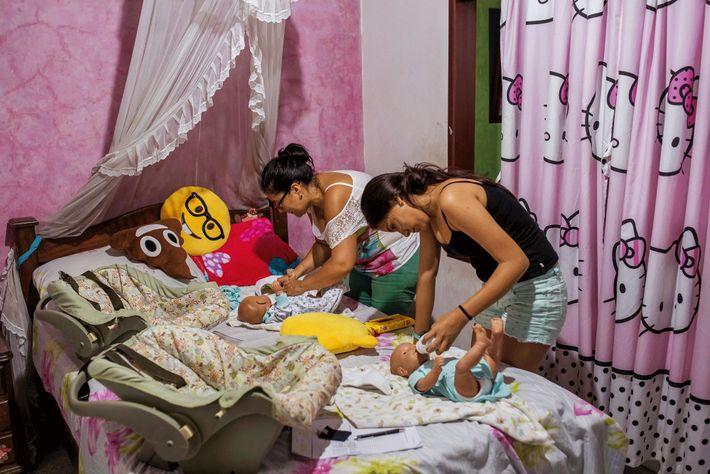 Danna et sa mère, Olga Alfonso, s'occupent de deux bébés robots jumeaux.