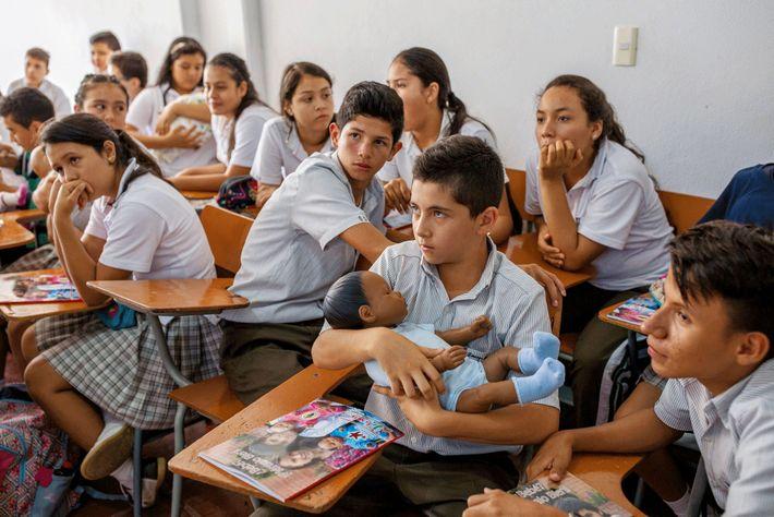 Des élèves de l'école Santo Domingo Savio, à Acacías, participent pendant une semaine au programme éducatif ...