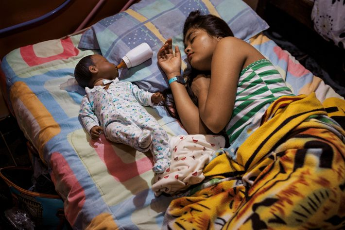Alexandra Guerrero (15 ans) tombe de sommeil en donnant à manger à son bébé robot prénommé ...