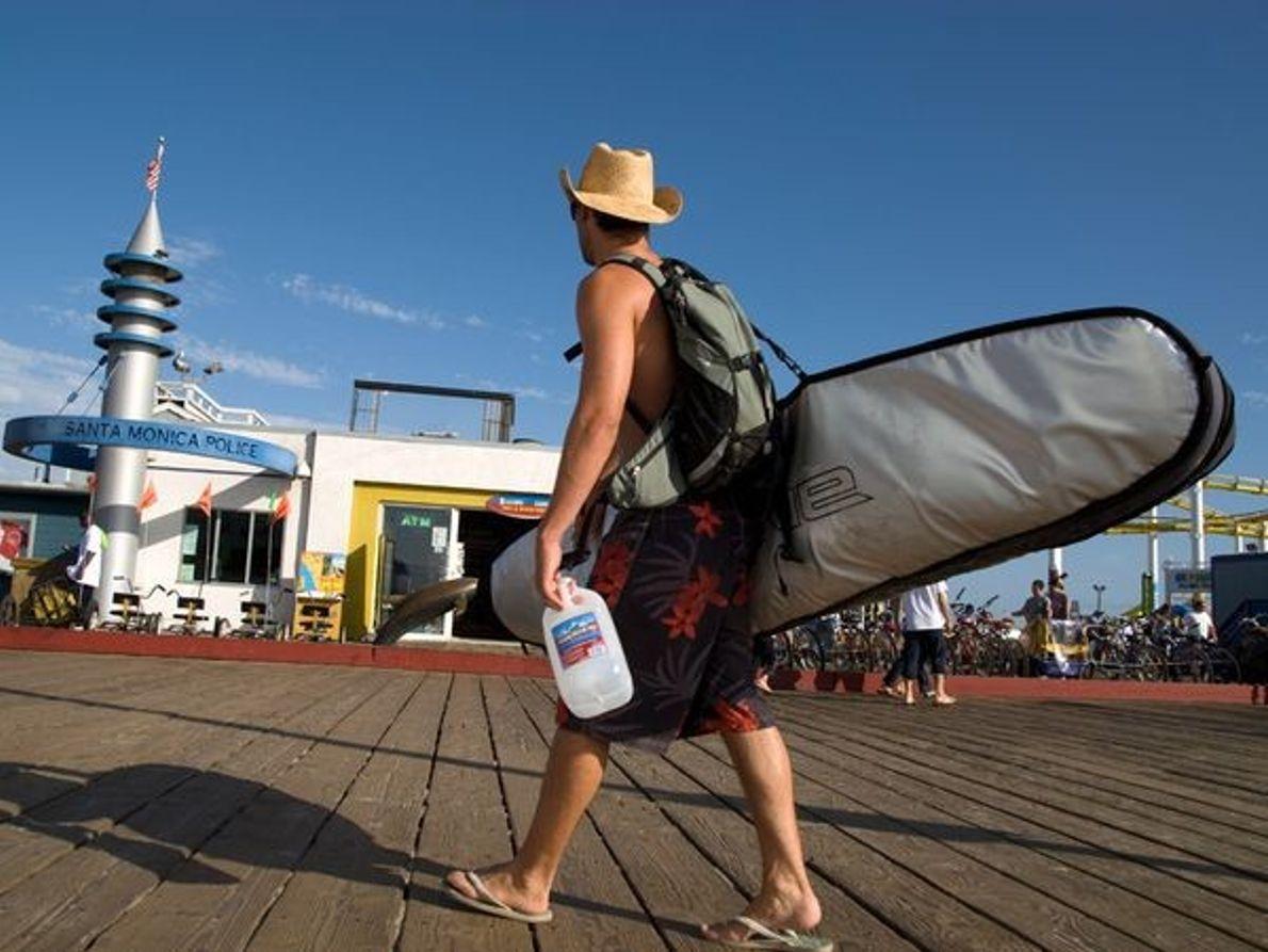Photo : un surfeur sur le quai