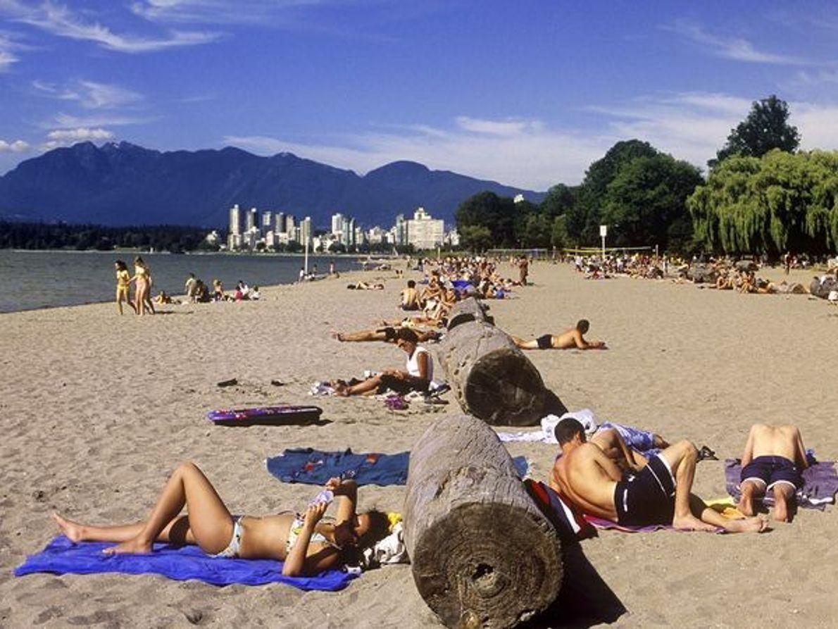 Photo : des gens bronzent au soleil