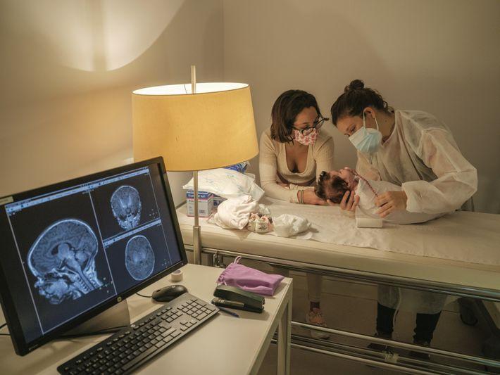 Un bébé va passer une scanographie cérébrale, pour une étude sur les effets de l'exposition à ...