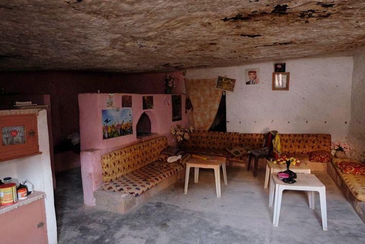La cave est devenue une maison spacieuse et chaleureuse .