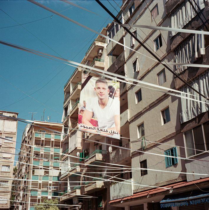 Des rubans blancs ornent la rue où Ralph Mellehe vivait, symbole d'une mort prématurée. Les personnes ...