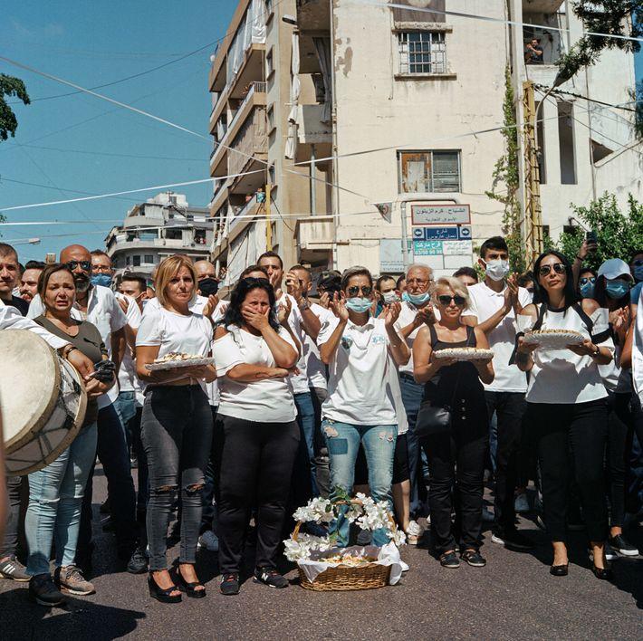 Des douceurs, des pétales de fleurs et un groupe de musiciens attendent le retour de la ...