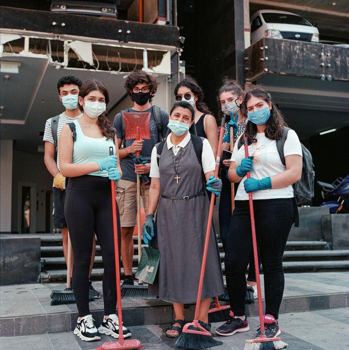 Sœur Marie marque une courte pause avec ses élèves. Le groupe est venu de Baadbat, un ...