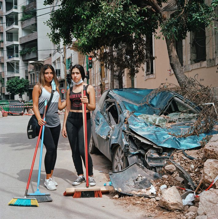 Tatiana Nasrallah, 20 ans (à gauche), et sa soeur Kaya, 14 ans, aident à nettoyer les ...