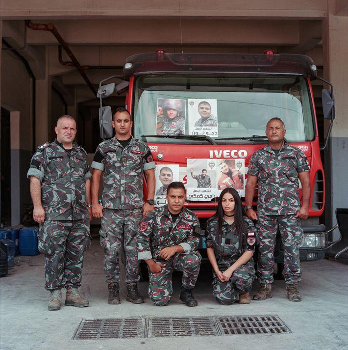 « Nous n'en revenons toujours pas », dit le lieutenant Marwan Mitri (extrême gauche) en évoquant la tragédie ...