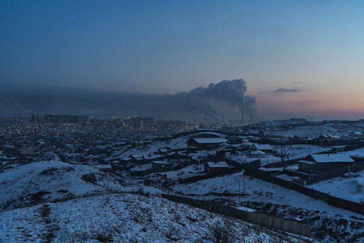 Un nuage de pollution plane au-dessus d'Oulan- Bator. La pollution de l'ai due à la combustion ...